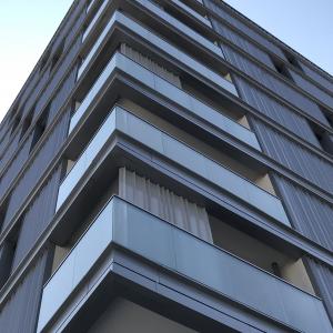 Immeuble moderne terasse barrière